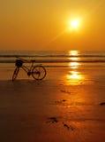 Coucher du soleil brumeux de bicyclette de la Birmanie Image stock