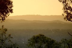 Coucher du soleil brumeux de montagne Photo stock