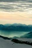 coucher du soleil brumeux de paysage de montagne Photographie stock libre de droits