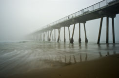 Coucher du soleil brumeux de pilier de plage de Hermosa Photo libre de droits