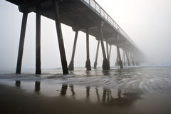 Coucher du soleil brumeux de pilier de plage de Hermosa Image stock