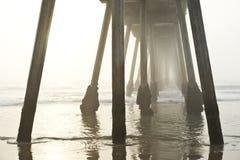 Coucher du soleil brumeux de pilier de plage de Hermosa Photographie stock