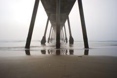 Coucher du soleil brumeux de pilier de plage de Hermosa Images stock
