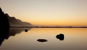Coucher du soleil brumeux sur le littoral de Na Pali Image libre de droits