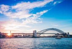 Coucher du soleil célèbre au-dessus de Sydney Harbour Bridge Vue renversante du bord de mer près du théatre de l'opéra Images stock