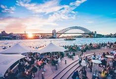 Coucher du soleil célèbre au-dessus de Sydney Harbour Bridge Vue renversante du bord de mer près du théatre de l'opéra Photo stock