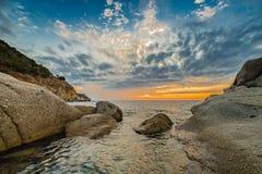 Coucher du soleil côtier scénique sur l'île de l'Île d'Elbe en Toscane Photos stock