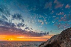 Coucher du soleil côtier scénique sur l'île de l'Île d'Elbe en Toscane Photos libres de droits
