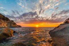 Coucher du soleil côtier scénique sur l'île de l'Île d'Elbe en Toscane Images libres de droits