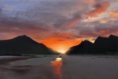 Coucher du soleil côtier de paysage, Lofoten Norvège photographie stock