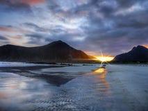 Coucher du soleil côtier de paysage, Lofoten Norvège image libre de droits