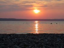 Coucher du soleil calme de plage photographie stock