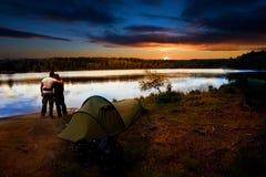 Coucher du soleil campant de lac Photographie stock