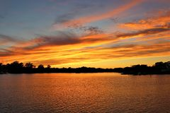 Coucher du soleil chaud ancré chez Deltaville, VA photo stock
