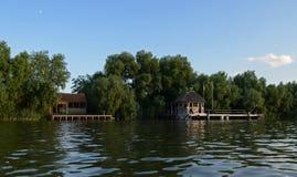 Coucher du soleil chaud d'?t? au-dessus de la rivi?re Danube sur le fond d'un ciel bleu photo stock
