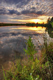 Coucher du soleil chaud de lac d'or Images libres de droits
