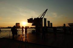 Coucher du soleil chez Asiatique la façade d'une rivière Bangkok, Thaïlande Photo stock