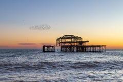 Coucher du soleil chez Brighton Beach photographie stock
