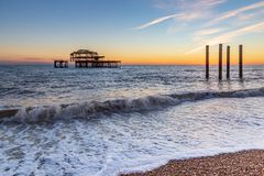Coucher du soleil chez Brighton Beach photos stock