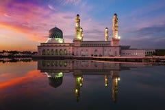Coucher du soleil chez Kota Kinabalu Mosque Photo stock