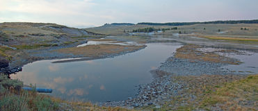 Coucher du soleil chez la crique et la rivière Yellowstone d'Anter d'élans dans Hayden Valley en parc national de Yellowstone au  photos stock