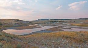 Coucher du soleil chez la crique et la rivière Yellowstone d'Anter d'élans dans Hayden Valley en parc national de Yellowstone au  Photos libres de droits