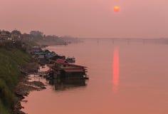 Coucher du soleil chez le Mekong dans la province de Nong Khai en Thaïlande Images stock