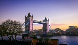 Coucher du soleil chez le pont de tour et la Tamise, Londres, Angleterre image stock