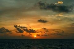Coucher du soleil chez les Maldives Image stock