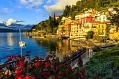 Coucher du soleil chez Varenna, Italie Photos stock