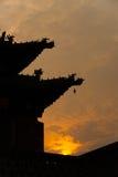 Coucher du soleil chinois d'avant-toits de silhouette Images libres de droits