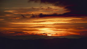 Coucher du soleil Cloudscape de laps de temps beau au-dessus de la montagne clips vidéos