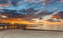 Coucher du soleil coloré à la couchette marine, mer baltique photo libre de droits