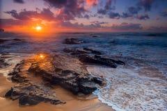 Coucher du soleil coloré à la plage d'Amoreira près d'Aljesur, Portuga Photographie stock