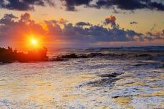 Coucher du soleil coloré à la plage d'Amoreira près de la ville d'Aljesur, Portugal Image stock