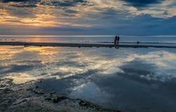 Coucher du soleil coloré à la plage sablonneuse de Jurmala image libre de droits