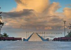 Coucher du soleil coloré à un pilier marin célèbre à station touristique baltique de Palanga, Lithuanie, l'Europe image libre de droits