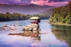 Coucher du soleil coloré au-dessus d'attraction iconique de maison de Drina sur la rivière de Drina photo stock