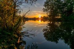 Coucher du soleil coloré au-dessus d'un lac en Hollande en automne photo libre de droits