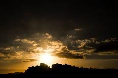 Coucher du soleil coloré au-dessus d'une ville Photographie stock libre de droits