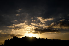 Coucher du soleil coloré au-dessus d'une ville Photos stock