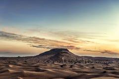 Coucher du soleil coloré au-dessus de désert Images stock