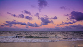 Coucher du soleil coloré au-dessus de la mer Photos libres de droits