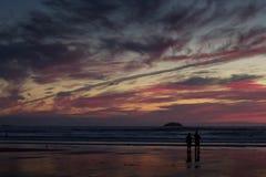 Coucher du soleil coloré au-dessus de la plage chez Polzeath Photographie stock libre de droits
