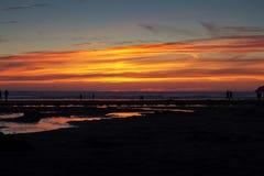 Coucher du soleil coloré au-dessus de la plage chez Polzeath Photographie stock