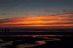 Coucher du soleil coloré au-dessus de la plage chez Polzeath Photo libre de droits