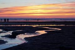 Coucher du soleil coloré au-dessus de la plage chez Polzeath Images libres de droits