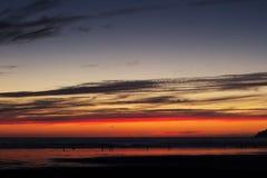 Coucher du soleil coloré au-dessus de la plage chez Polzeath Photo stock