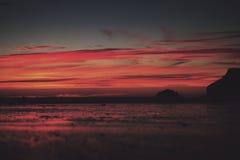 Coucher du soleil coloré au-dessus de la plage filtre de vintage de Polzeath au rétro Images libres de droits