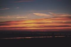 Coucher du soleil coloré au-dessus de la plage filtre de vintage de Polzeath au rétro Image libre de droits